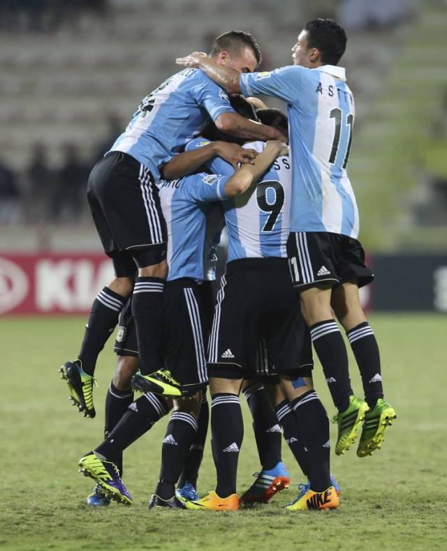 chicos-argentinos-festejaron-Canada-EFE_CLAIMA20131025_0180_14