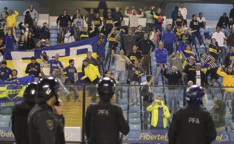 BAS42. BUENOS AIRES (ARGENTINA), 14/05/2015.- Seguidores del Boca Juniors reaccionan luego de que lanzaran gas pimienta desde la tribuna hoy, jueves 14 de mayo de 2015, durante un partido por los octavos de final de la Copa Libertadores entre River Plate y Boca Juniors, en el estado de Boca Juniors en Buenos Aires (Argentina). El partido fue suspendido tras una hora y trece minutos de confusión por el ataque de fanáticos a jugadores del club visitante con una sustancia que la prensa local garantiza ser gas pimienta. La sustancia irritante, que afectó los ojos y la espalda de al menos cuatro jugadores, fue arrojada cuando el once del River Plate atravesaba el túnel hacia la cancha para comenzar el segundo tiempo del crucial partido, que iba empatado sin goles. EFE/David Fernández