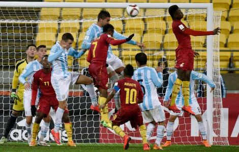 Samuel Tetteh of Ghana (C  #7) tries to head the ball into the goal during the Under-20 World Cup football match between Argentina and Ghana at Wellington Regional Stadium in Wellington on June 2, 2015. AFP PHOTO / MARTY MELVILLE