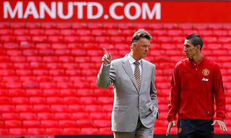 Manchester United's new signing Angel Di Maria (R) speaks with manager Louis van Gaal as he arrives for a news conference at Old Trafford in Manchester, northern England  August 28, 2014.  Manchester United have signed Di Maria from Real Madrid for a British record transfer fee of almost 60 million pounds ($99.40 million).  REUTERS/Darren Staples   (BRITAIN - Tags: SPORT SOCCER)