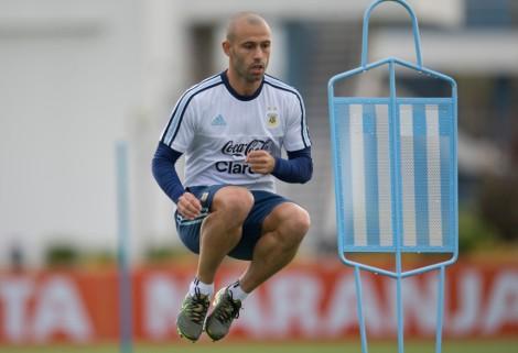 El jugador de la selección de Argentina, Javier Mascherano, salta en un entrenamiento el lunes, 5 de octubre de 2015, en Buenos Aires. (AP Photo/Natacha Pisarenko)