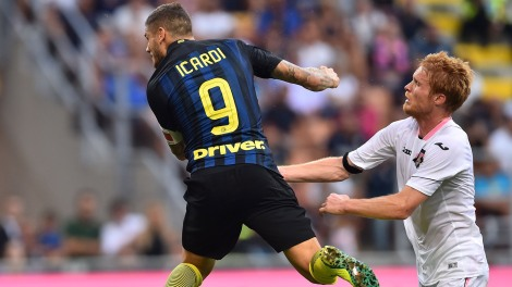 """Inter Milan's forward from Argentina Mauro Icardi (L) heads the ball in front of by Palermo's midfielder from Italy Alessandro Gazzi during the Italian Serie A football match Inter Milan vs Palermo at """"San Siro"""" Stadium in Milan on August 28, 2016. / AFP / GIUSEPPE CACACE (Photo credit should read GIUSEPPE CACACE/AFP/Getty Images)"""