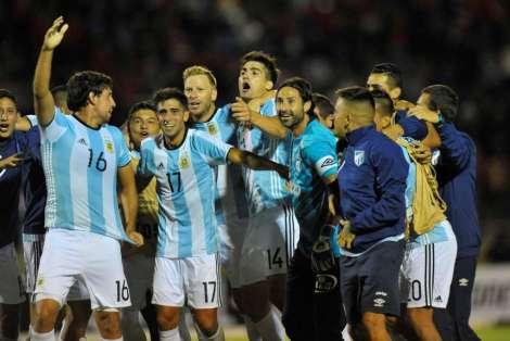 jugadores-atletico-tucuman-festejan-clasificacion_oleima20170208_0009_28